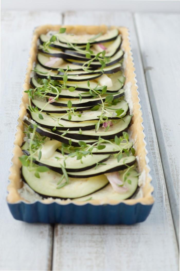 Открытый пирог с баклажанами: перед запеканием.