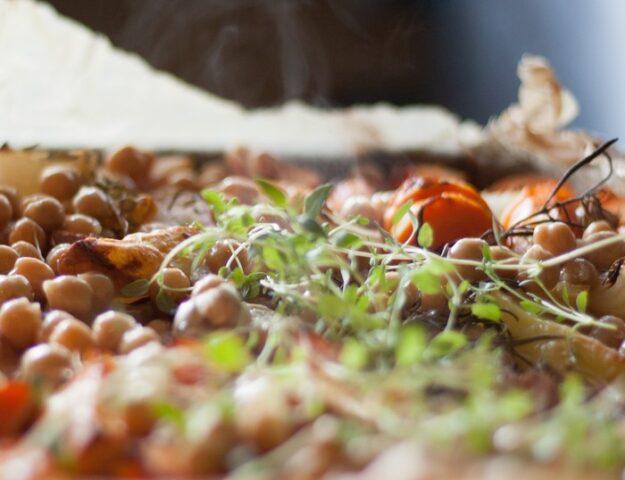 Горячий деревенский салат: пар