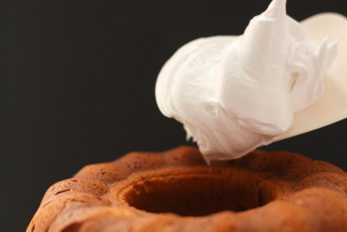 Пирог с бататом и орехами: меренга