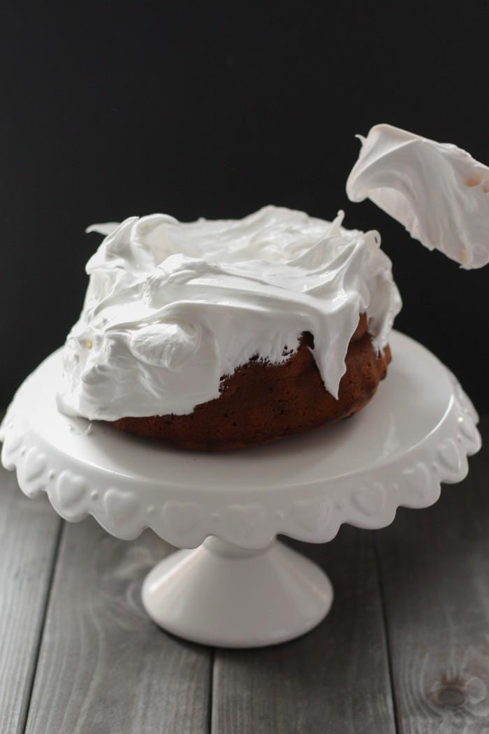 Пирог с бататом и орехами: украшаем меренгой