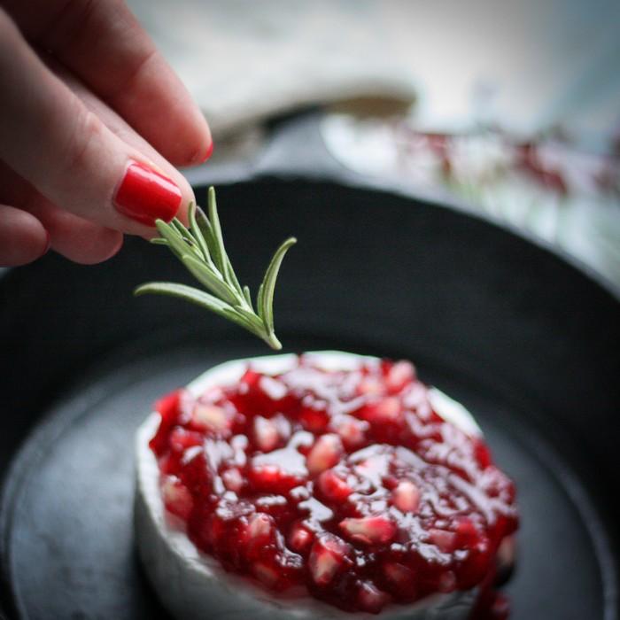 Бри с ягодами: украшаем