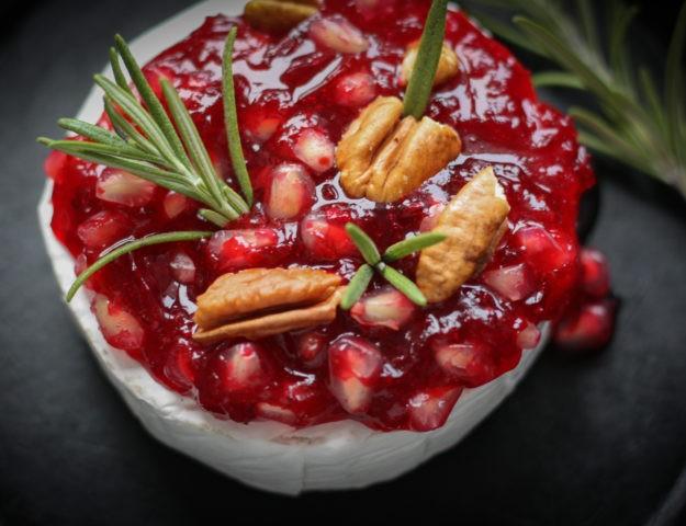 Бри с ягодами