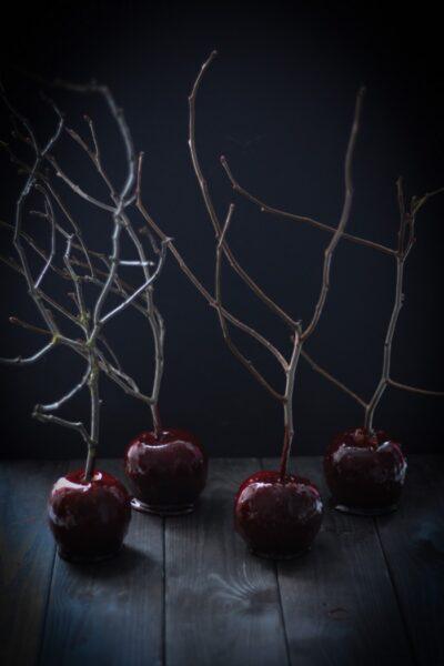 Яблоки в карамели: таинственно