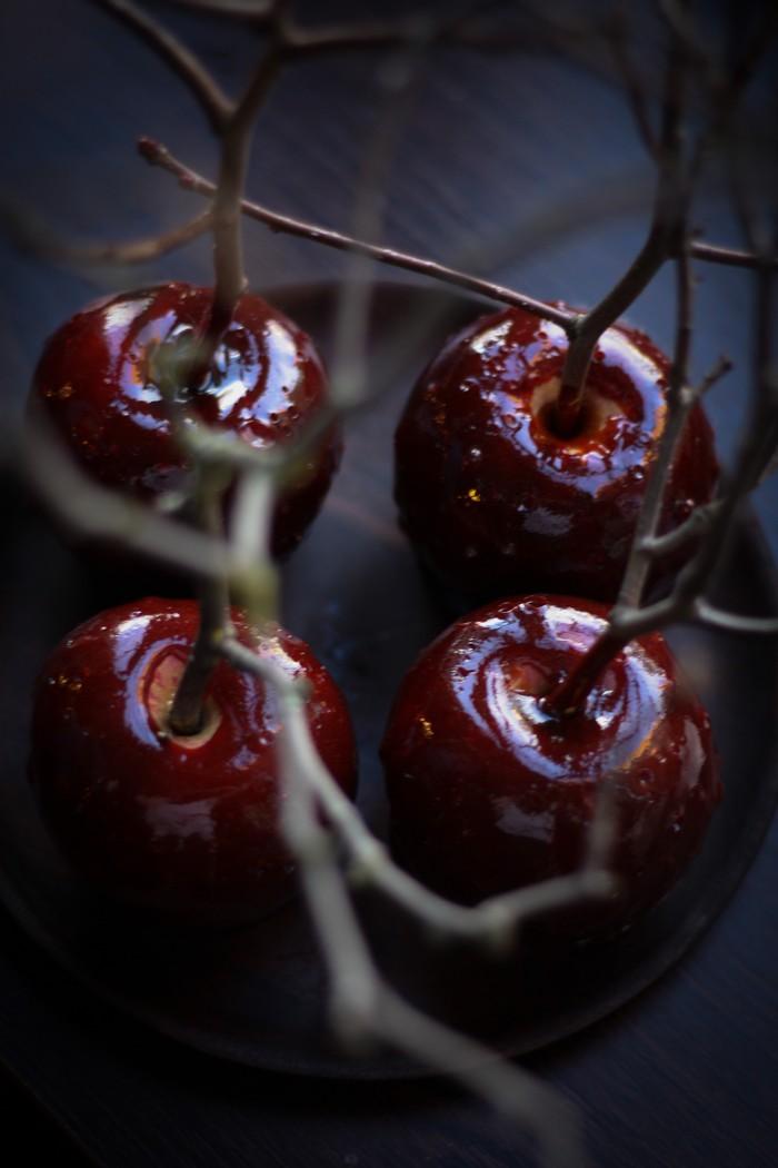 Яблоки в карамели: яркие краски