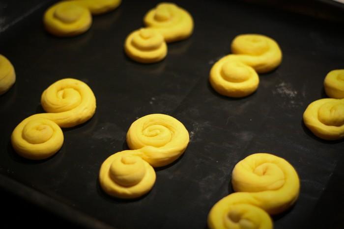 Шафрановые булочки: традиционная форма
