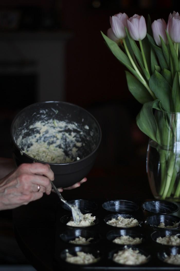 Маффины из цукини - раскладываем по формам