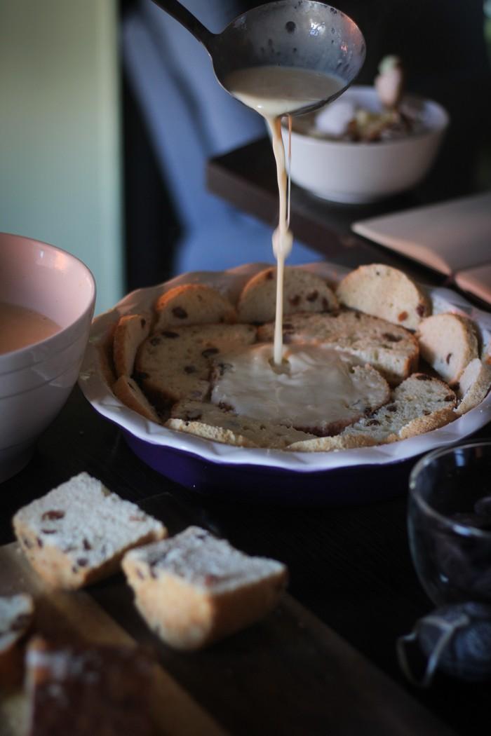 Пирог из кулича - заливаем