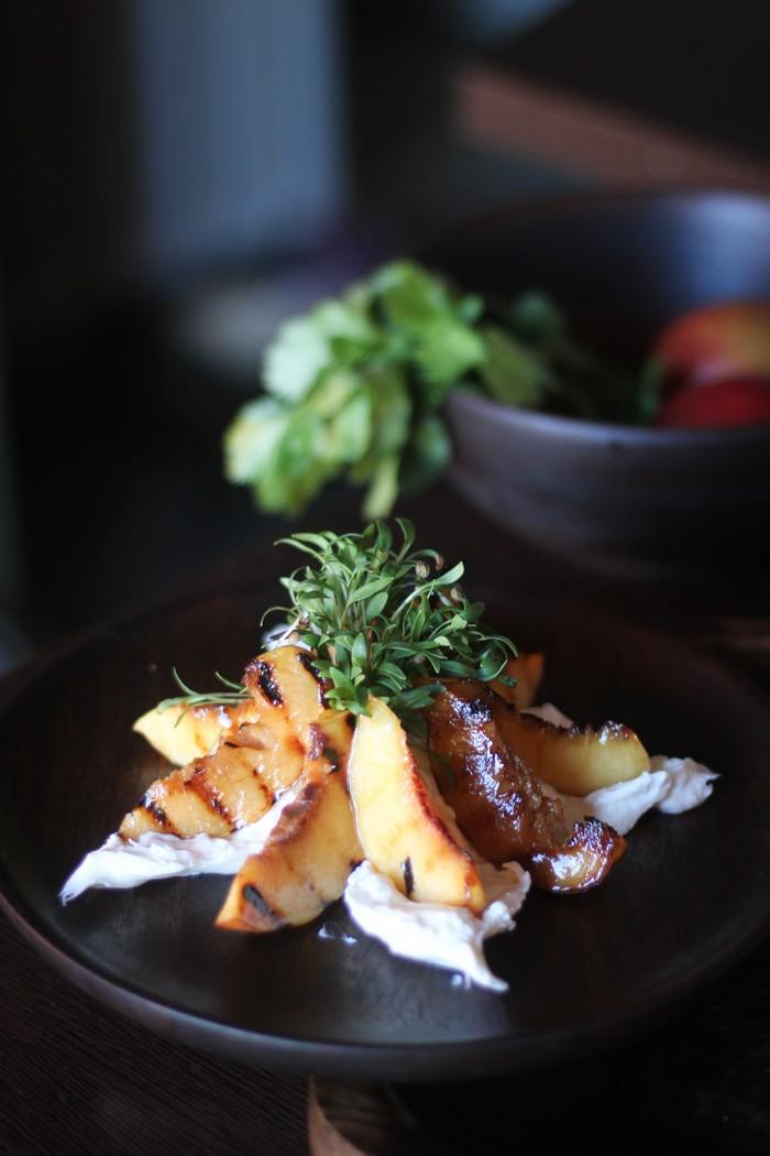 Салат из персиков - готов