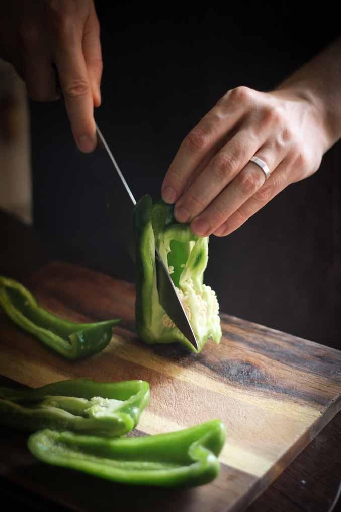 Салат с кукурузой: чистим перец